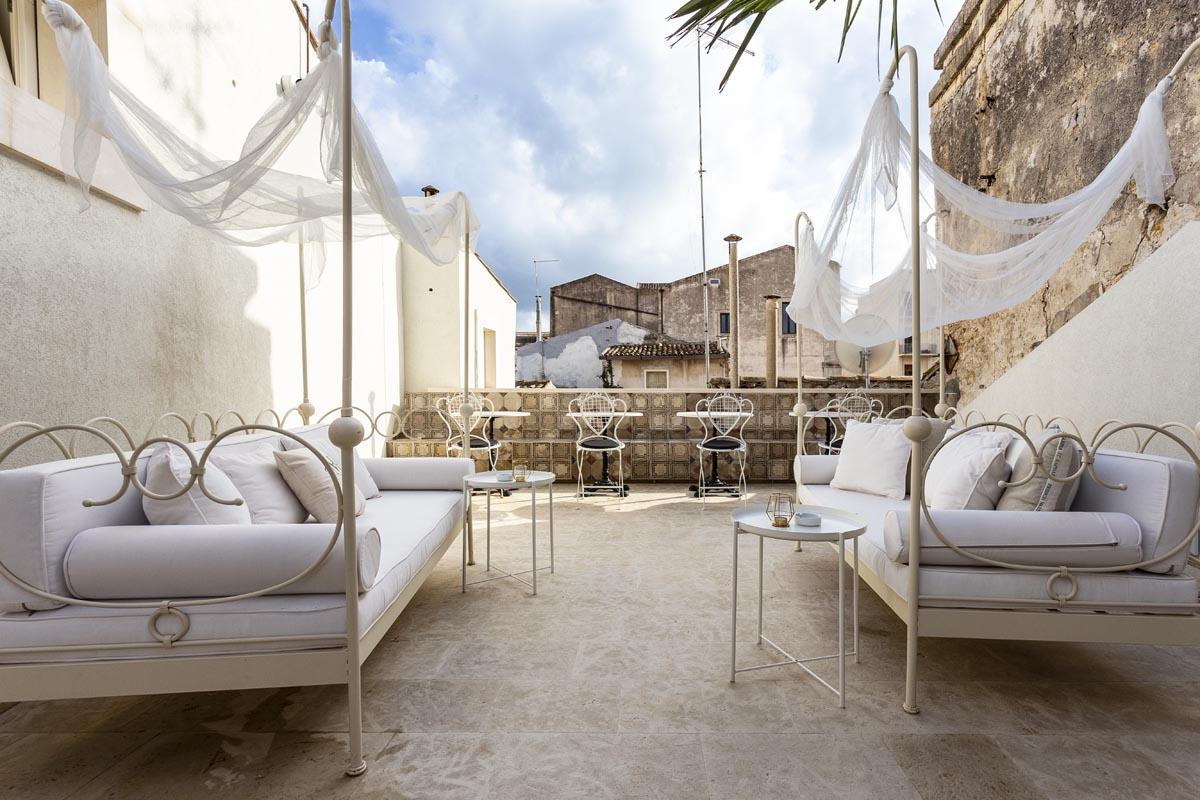 La Maison i charme b&b in Via Roma 26, nel cuore dell'isola di Ortigia, nella strada più importante di Siracusa, con 4 camere matrimoniali indipendenti.La Maison i charme b&b in Via Roma 26, nel cuore dell'isola di Ortigia, nella strada più importante di Siracusa, con 4 camere matrimoniali indipendenti.