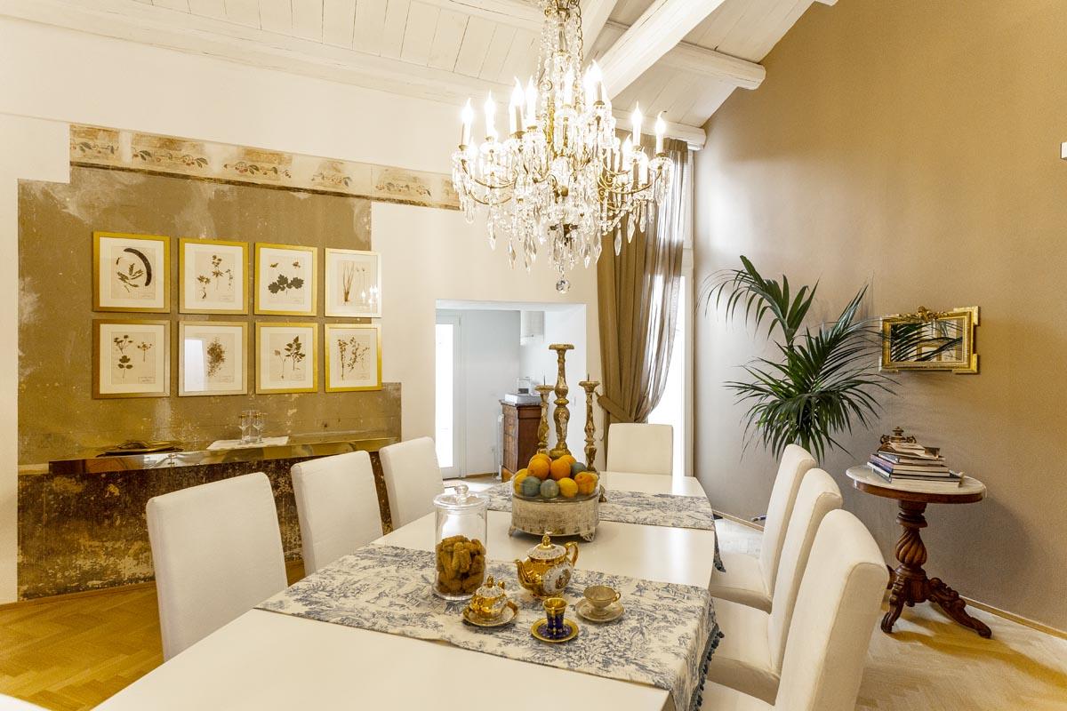La Maison i charme b&b in Via Roma 26, nel cuore dell'isola di Ortigia, nella strada più importante di Siracusa, con 4 camere matrimoniali indipendenti.